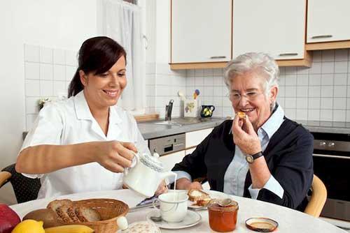 Giúp việc chăm người người già giờ hành chính
