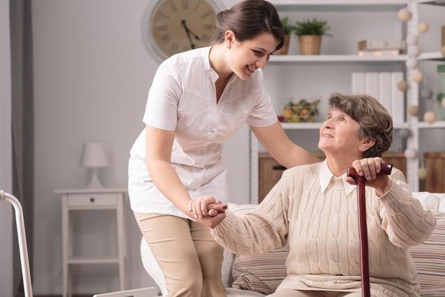 sử dụng dịch vụ chăm sóc người cao tuổi